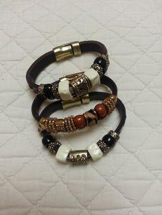 Los accesorios se han convertido en los verdaderos protagonistas de nuestros outfits. Un collar, un anillo o una pulsera/ brazalete, pueden convertir un look en más o menos estiloso. Viste a la moda con estilosas PULSERAS.