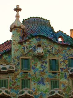 Casa Battló - Barcelona. La Casa Batlló es un edificio obra del arquitecto Antoni Gaudí, máximo representante del modernismo catalán. Se trata de una remodelación integral de un edificio previamente existente en el solar, obra de Emili Sala Cortés.