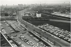 Panorama van de Mathildelaan en omgeving, gezien vanaf de Lichttoren in de richting van het stadion. Met o.a. de spoorwegovergang van de Mathildelaan met het spoorlijntje naar Valkenswaard. Het witte gebouw is het belastingkantoor  Gemeente Eindhoven ~ Technische Dienst : Hagen, A. (fotograaf) - 1968