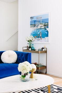 royal blue velvet couch, black and white rug, mid century modern living room, pool scene photo Living Room Sofa, Living Room Furniture, Living Room Decor, Living Area, Blue Velvet Couch, Royal Blue Couch, Best Leather Sofa, Mid Century Modern Living Room, Modern Room
