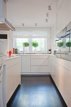 The Chic Technique: White kitchen - Maison moderne Kitchen Dinning Room, New Kitchen, Kitchen Decor, Stylish Kitchen, Kitchen Wood, Kitchen White, Living Room Interior, Kitchen Interior, Home Interior Design