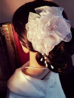 VIRGINIA DEODATO ACESSÓRIOS - Cacho Rosas Brancas com pendente http://www.virginiadeodatoacessorios.com.br/product/125261/cacho-rosas-brancas-com-pendente