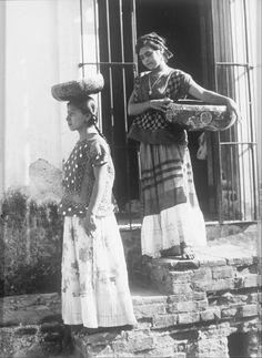 "Dos Tehuanas con Jicalpextle"" Tina Modotti.-1940s"
