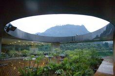 El vacío central del edificio como ventana a los Cerros Orientales. Daniel Bonilla.