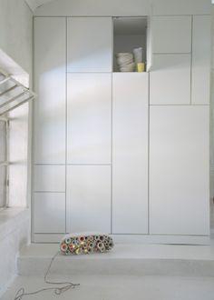 mon rêve un pan de mur complet blanc fait de rangements FERMES ;-)