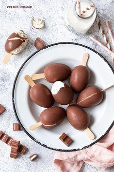 Überraschungsei Eis / Ü-Ei Eis am Stiel - Easy Snacks, Easy Meals, Cake Recipes, Dessert Recipes, Ice Cream Pops, Creamed Eggs, Ice Cream Desserts, Vegetable Drinks, Food Cakes
