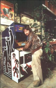 Steven Spielberg with Space Invaders arcade machine. Vintage Video Games, Classic Video Games, Retro Video Games, Arcade Games, Arcade Retro, Tableaux Vivants, Flipper, Ready Player One, Cinema