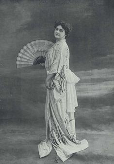 Mlle Maud Amy, photo Reutlinger. In Le Figaro-Modes, 1901. A retrouver dans l'album Accessoires de costume. Vêtements et objets divers. Pays divers. XXe siècle. Lingerie. A-France. éditeurs divers, 1900. Cote Maciet 222/8 #accessoiredecostume #accessoire #lingerie #france #kimono #japon #20esiecle #collectionjulesmaciet #collectioniconographique #bibliothequeartsdecoratifs #bibliotheque #artsdecoratifs