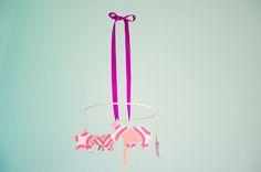 Mobile, Sterne & Nilpferde aus Tapete, #Rehkitz #lila #rosa #Stern #Nilpferd #Vintage-Tapete #Kinderzimmer-Deko  #paperrocks