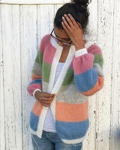 Prøver å holde styr på babyhåra samtidig som man later som #sorbetcardigan er ferdig og det ikke gjenstår trådfesting🙉 Garn fra: @lana_norge , @incaliertoppen og @frukvist 🍭 . . . . #millefryd_knitwear #tilia #tynnsilkmohair #filcolanatilia #dropskidsilk #egostrikk #strikkedilla #knittersofinstagram #knitting