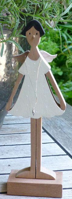 Ein süßer, kleiner Schutzengel Ulla ist beige gestrichen und hat ein Pünktchenkleid an.