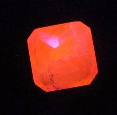 Tenebrescence TUGTUPITE Rare Fluorescent Red PINK Facet Greenland Color Change