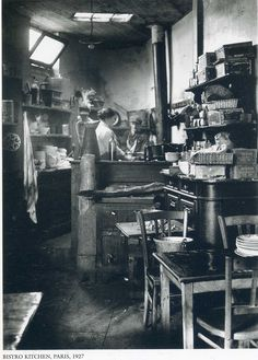 André Kertész : Bistro kitchen, Paris 1926