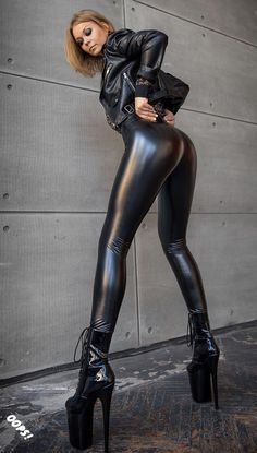 Brunette Woman in black leather outfit Wet Look Leggings, Shiny Leggings, Tight Leggings, Leggings Are Not Pants, Fashion Pants, Fashion Outfits, Womens Fashion, Latex Pants, Latex Babe