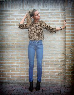 Retro style - leopard blouse and high waisted jeans outfit