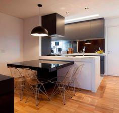 mesa acoplada na bancada coifa e cooktop proximo da parede