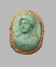 La déesse Minerve de trois quarts de face. Elle porte un casque et une armure à décor d'écailles ornée d'un visage de Méduse. Turquoise et or. Camée : XIXe siècle.