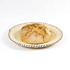 Ein schöner flacher Brotkorb, den man jeden Tag genießen kann, als Korb für Brot, Früchte oder Nüsse. Der schlichte Korb lebt von dem Ton-in-Ton-Flechtmuster und dem andersfarbigen Rand. Diese traditionellen Körbe werden von Frauen im Punjab-Distrikt in Südpakistan geflochten.  HANDMADE & FAIR TRADE Fair Trade, Camembert Cheese, Spices, Basket, Spice Trade, Natural Spice, Breakfast, Bread, Braid Patterns