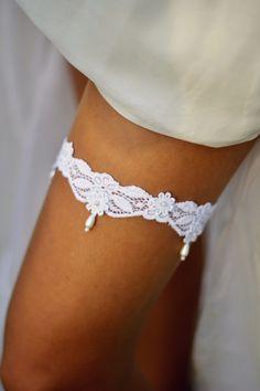 Netradiční podvazek pro nevěstu Luxusní krajkový podvazek s ručně našívanými perličkami. Vyrobeno s láskou, každý kus je orginál.
