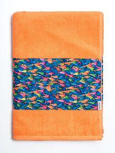 Toalla de algodón naranja con franja de tejido de bañador estampada con print de color. Fabricada artesanalmente en Europa. www.soloio.com  #shoponline #beachwear #beachtowel #towel #print #blue #summercollection #summer #print #green #kiwi