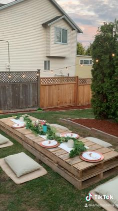 Picnic Set, Beach Picnic, Picnic Ideas, Patio Party Ideas, Small Garden Party Ideas, Pallet Party Ideas, Boho Party Ideas, Night Picnic, Picnic Dinner