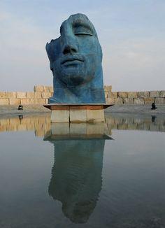 Blocchi di travertino rapolanese fanno da sfondo a una grande scultura di Igor Mitoraj nel Teatro del Silenzio (2005) di Lajatico