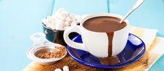 Basta só chegar o friozinho que a vontade de tomar um chocolate quente vem junto, não é mesmo? Confira duas receitas de chocolate quente aqui!