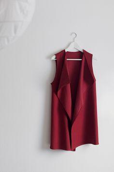 Diesen Herbst darf kein ärmelloser Mantel im Kleiderkasten fehlen. Darum habe ich mir selbst einen genäht. Zum Endergebnis einmal klicken.