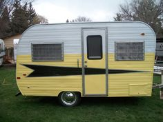 Camper trailers are motor automobiles geared up with primary amenities of self-contained travelling houses. They're helpful for the individuals who sp. Vintage Campers Trailers, Retro Campers, Cool Campers, Vintage Caravans, Camper Trailers, Casita Trailer, Vintage Motorhome, Classic Campers, Tiny Camper