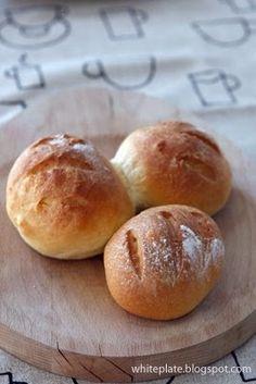 Te bułki to typowe pieczywo podwieczorkowe - lekko słodkie, idealne do masła lub dżemu. Albo twarogu. Nie pasuje do nich wędlina, ale wszelk...