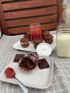 Gelingt immer und schmeckt gut zu einem Kaffee Zutaten für 12 Muffins:  200 g Mehl 25 g Kakaopulver 1 Pkg. Backpulver 100 g Feinkristallzucker 2 Eier 100 ml Sonnenblumenöl 100 g Schokotropfen (backfest) 225 ml Milch Prise Muskatnuss Himbeermarmelade evtl. Staubzucker Muffins, Chocolate Fondue, Food, Sweet Desserts, Cacao Powder, Milk, Raspberries, Chef Recipes, Muffin