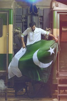The Pakistani Flag looks Beautiful! Pakistan Photos, Pakistan Zindabad, Pakistan Travel, Pakistan Fashion, Islamabad Pakistan, Pakistan Defence, Pakistan Armed Forces, Pakistan Independence Day Quotes, Independance Day