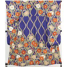 紫色の地に、大きな紗綾形地文が全体に入っていて。 金色の縦涌に白や朱色の菊の花が入っています。 一部金コマ刺繍が施されていて綺麗な振袖です。 赤い重ね衿が付いています。  <シチュエーション> 袋帯などと合わせて、お楽しみ頂けます。   【楽天市場】振袖(重ね衿付) 紫 大きな紗綾形地文 金の縦涌に菊の花柄【送料無料】 【中古】【リサイクル着物・リサイクルきもの・アンティーク着物・中古着物】:ビスコンティ&きもの忠右衛門