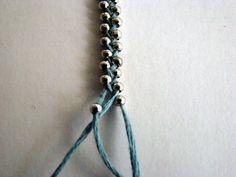 Voici une autre manière de faire un bracelet avec des perles, encore un souvenir d'enfance! ♥ Couper 3 brins...