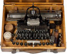 The Blickensderfer 5 typewriter is the first portable typewriter with a keyboard. Portable Typewriter, Vintage Phones, Vintage Cameras, Writing Machine, Antique Typewriter, Printing And Binding, Vintage Typewriters, Old Tools, Writing