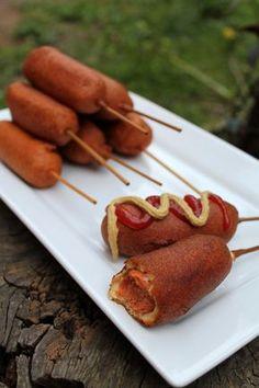 Valaki esetleg érdeklődik ez iránt a finomság iránt? :) Nagyszerű finger food vagy street food.  A kukorica kutya. Amire szükségünk lesz: Egy csomag virsli. Én Orsit használtam, abból is az XXL-eset. Félbe vágva. Így kaptam 10 darab corn dogot. Saslik pálca, amit akkorára törünk, hogy végig belecsúsztatva a virslibe még álljon ki belőle annyi, hogy kényelmesen meg tudjuk fogni, DE ügyeljünk rá, hogy beleférjen majd a lábasba, amiben ki szeretnénk sütni őket.  Ezen kívül értelem szerűen egy… Corn Dogs, Okra, Street Food, Chicken Recipes, Cooking Recipes, Hot, Ethnic Recipes, Gumbo, Chef Recipes