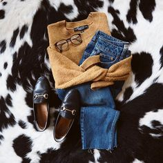 @phoebeaa Cosy essentials for this grey Tuesday in London! #topshop #topshopfashion #loafers #leatheloafers #momjeans #olliequinnglasses #ootd #cosyflatlay #flatlay #fashion #fashionblogger #knitwear