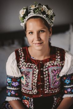 Nevesta Slovakia Middle East Culture, Costumes Around The World, Beauty Around The World, Ethnic Outfits, Russian Fashion, Folk Costume, Historical Clothing, Cool Eyes, World Cultures