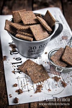 Crackers dietetici cu faina de secara si de in, tarate de grau si seminte de chia. Se fac rapid si sunt foarte sanatosi. Edith's Kitchen, Vegan Biscuits, Biscotti Cookies, Healthy Snacks, Healthy Recipes, Crackers, Raw Vegan, Quinoa, Snack Recipes