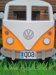 Un divertido photocall de madera en forma de furgoneta Volkswagen