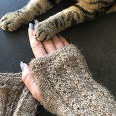 Vor ein paar Tagen stolperte ich bei Instagram über die Coffee to go Armstulpen von Wollinger Knitting und hatte sofort die Idee, diese aus dem Kamelgarn von Grosse Wolle zu stricken. Das Kamelgarn…