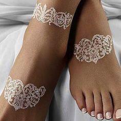 Tatuaggi brillanti che ornano i piedi