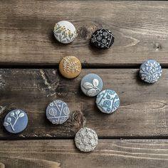 試し縫いしたものや余り布をくるみボタンへ。 #刺繍