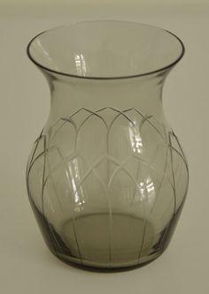 Minimalistische Mid-century Rauchglasvase für eine Blume Bauchiges Glasdesign mit bogenförmigen Einritzungen. Less is more! von VintageLoppisStyle auf Etsy