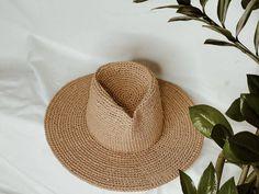 Fedora Ladies Straw Hat. Women fedora hat. Kraft Straw Panama Hat Scrub Hat Patterns, Raffia Hat, Classic Hats, Wearing A Hat, Scrub Hats, Fedora Hat, Hat Making, Yarn Colors, Hat Sizes