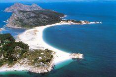Playa de Rodas, un edén de las islas Cíes que mira a la ría de Vigo. Su arena blanca y aguas verdosas hacen de este arenal todo un paraíso natural / Turismo de Galicia.