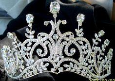 Replica of an English tiara, circa 1905, in the garland style; the original has pearls (rather than diamonds) on each peak.