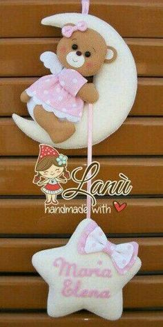 Paps e Moldes de Artesanato Baby Crafts, Felt Crafts, Diy And Crafts, Felt Wreath, Baby Mobile, Kids Room Wall Art, Felt Baby, Felt Decorations, Felt Patterns