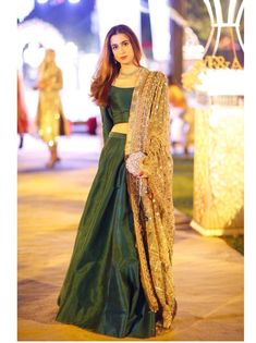 Great simple lehenga for wedding ceremony Pakistani Wedding Outfits, Pakistani Dresses, Indian Dresses, Indian Outfits, Indian Attire, Indian Ethnic Wear, Indian Designer Outfits, Designer Dresses, Moda Indiana