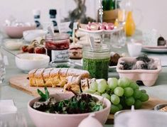 If you're craving something healthy and delicious this winter, check out these seasonal vegan recipes which will have you and anybody else who tries them asking for seconds every time. Best Omelette Pan, Eat On A Budget, Breakfast Buffet, Eat Breakfast, Easter Dinner, Perfect Breakfast, Winter Food, Baked Chicken, Food Photo